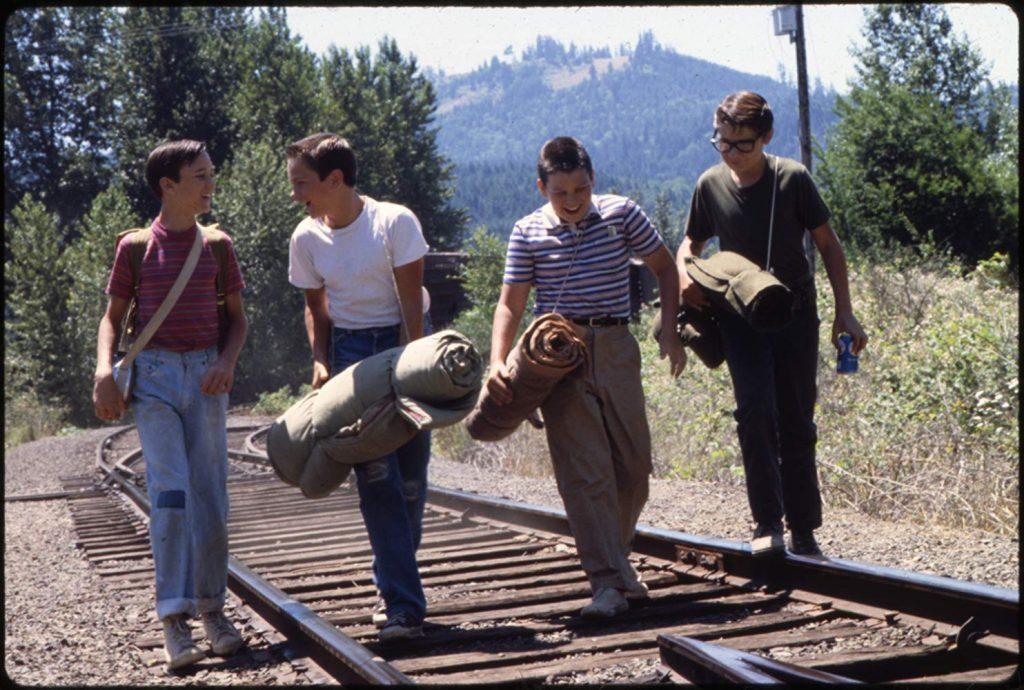 線路を歩くシーンは卒業の過程として描かれた冒険