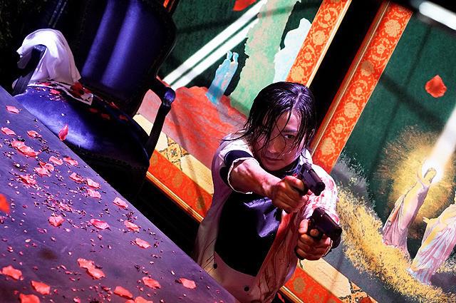 真矢ミキ演じる無礼図(ブレイズ)とボンベロの銃撃戦で吹き出しそうになる